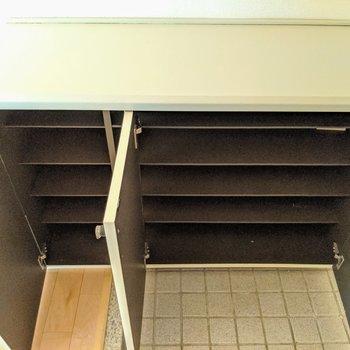 シューズボックスはコンパクトめかな。鍵置き場や写真立て置いて楽しもう♫(※写真は清掃前のものです)