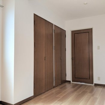 扉もブラウンでコーディネート。(※写真は清掃前のものです)