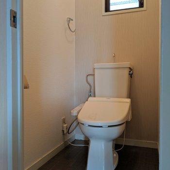 トイレはウォシュレット付き&窓で換気もできます!(※写真は清掃前のものです)