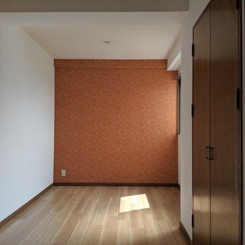 7.6帖洋室。ちょっとリッチな雰囲気のお部屋。(※写真は清掃前のものです)