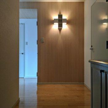 玄関ホールです。ライトが神秘的✙(※写真は清掃前のものです)