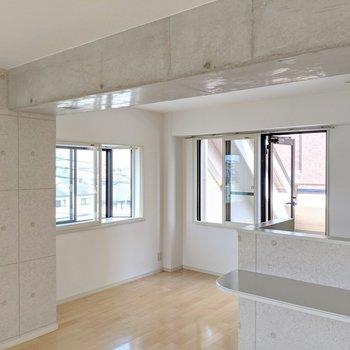 上は本物のコンクリ、柱や壁はコンクリ柄のクロスです。2つの窓は2重窓になっていて冬のキッチンの寒さが和らぎます。(※写真は清掃前のものです)