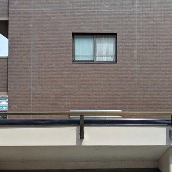 目の前はお隣のマンションです。