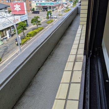 窓の外にはフラワーボックススペース。窓辺にお花を咲かせよう。(※写真は清掃前のものです)