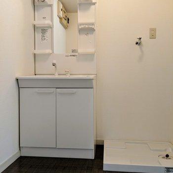 脱衣所に洗濯パンと独立洗面台。(※写真は清掃前のものです)
