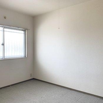 それから玄関側にある5.7帖の洋室。こっちは寝室にしてもいいかな。