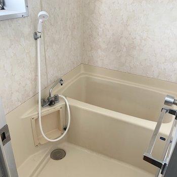 お風呂も小窓付き。換気しっかりカビ対策♩