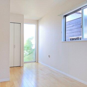 【洋室②】2面採光で1階ですが日当たりは問題なし