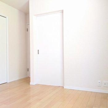 【洋室①】ベッドを置いてもまだスペースがあります