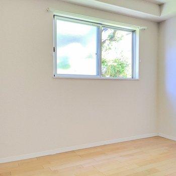 【洋室①】窓からはグリーンビュー