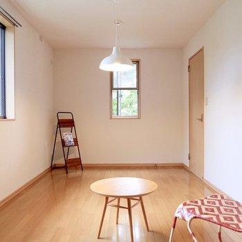 【洋室①】奥行きがあるお部屋です。※家具・雑貨はサンプルです
