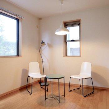 【洋室③】こちらのお部屋も2面採光です。※家具・雑貨はサンプルです