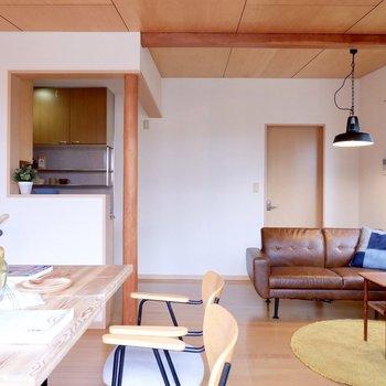 天井も傾斜があり、開放的に感じます。※家具・雑貨はサンプルです