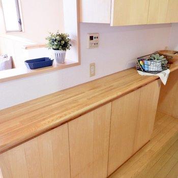 カウンター部分にコンセントがあり、家電を置くことも可能。※家具・雑貨はサンプルです