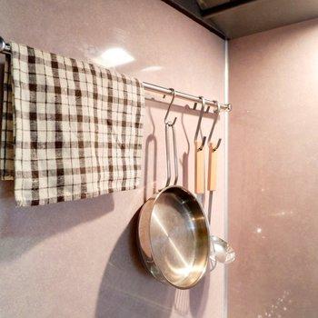 ちょっとしたポールも調理器具を掛けたり有効的に。※家具・雑貨はサンプルです