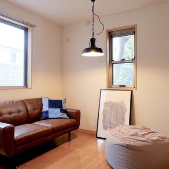 【洋室②】1階のお部屋ですが、光も十分に入ってきますよ。※家具・雑貨はサンプルです