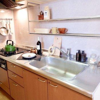 調理スペース、シンクなどゆったりしています。※家具・雑貨はサンプルです