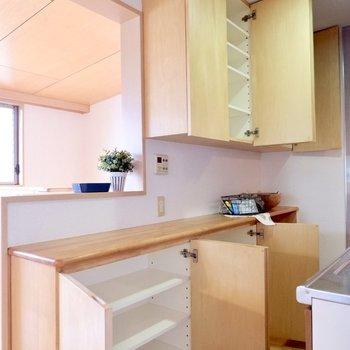 食器棚もついて充実したキッチン設備です。※家具・雑貨はサンプルです