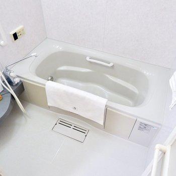 浴室は足も伸ばせるくらいゆったりです。※家具・雑貨はサンプルです