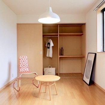 【洋室①】作業スペースにも寝室にも十分な広さです。※家具・雑貨はサンプルです