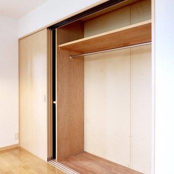 【洋室②】壁一面に大容量の収納です。※家具・雑貨はサンプルです