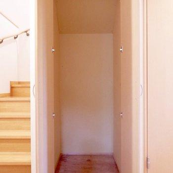 玄関廊下の収納には掃除用品など入れるのがちょうど良さそうです。