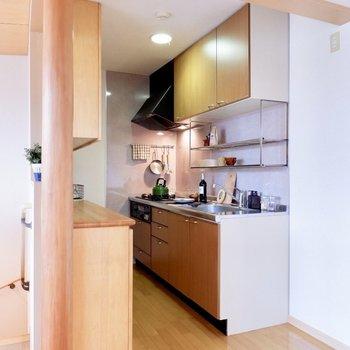 それではカウンターキッチンへ行きましょう。※家具・雑貨はサンプルです