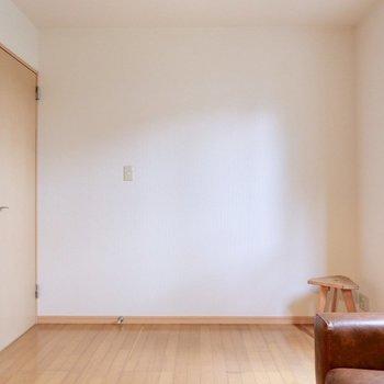【洋室②】木漏れ日で目覚める朝も心地よさそうですね。※家具・雑貨はサンプルです
