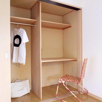 【洋室①】収納は一部デスクとしても使えそうでした。※家具・雑貨はサンプルです