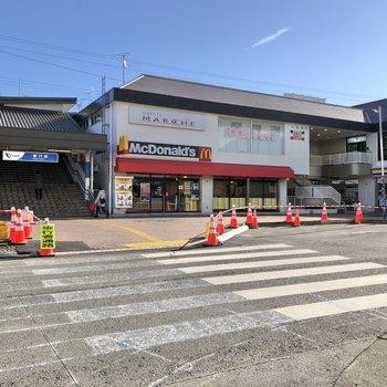 駅周辺には飲食店やコンビニもあります。