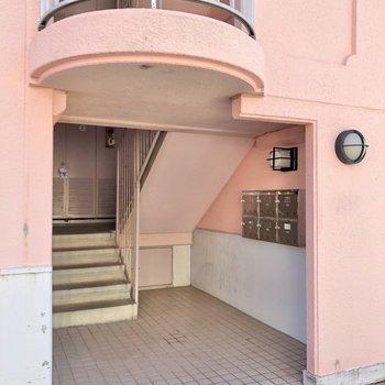 マンション入り口は3箇所あり、お部屋があるのは一番右側です。