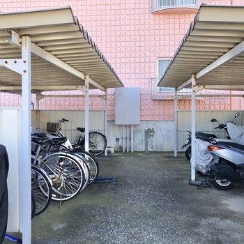 屋根付き駐輪場も完備。