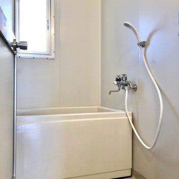 お風呂には湿気対策に嬉しい小窓付き。