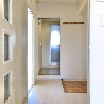 廊下に出ると、正面にサニタリールームがあります。