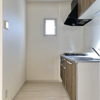 【LDK】小窓付きでお料理中の換気も簡単にできますね。
