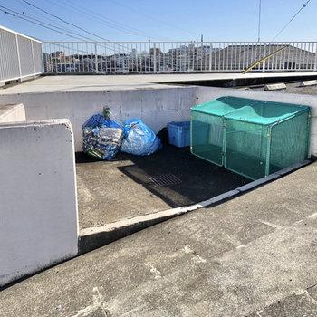 ゴミステーションは道路側にあります。