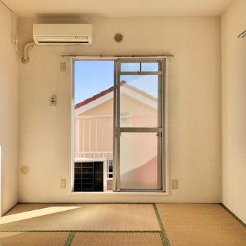 【和室】窓は日当たり良好の南向き。