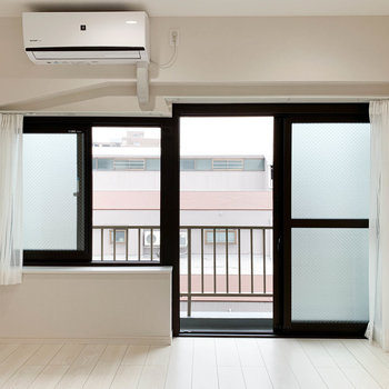 【洋室】お隣のお部屋。どことなく色気のある窓辺。