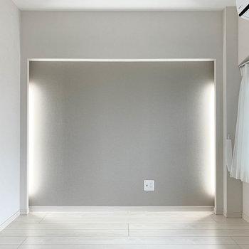 【洋室】間接照明が仕込まれています。気分に合わせて光量も自在に。