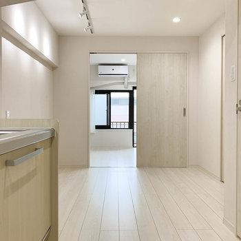 【キッチン】玄関側から。奥のお部屋とは、引き戸で空間を分けれます。