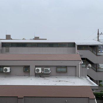 眺望は向かいのマンション。