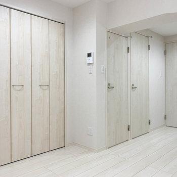 【キッチン】片側に収納や水回りへの扉がまとまっています。