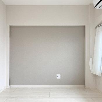 【洋室】小窓側の壁はグレーのアクセントクロス。