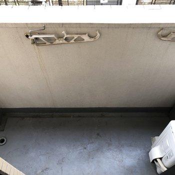 コンパクトなバルコニー。左が洗濯機置き場