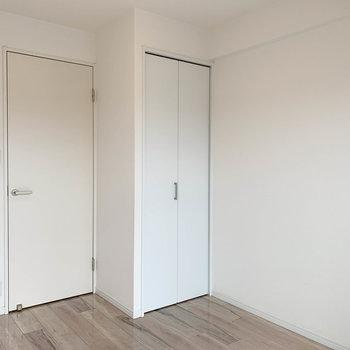 【洋室4.0帖】反対側の壁には収納が付いて、