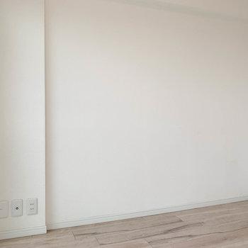 【洋室4.0帖】こちらの壁沿い、ベッド置きやすそう。
