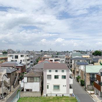 こちらからの眺望は住宅街。