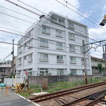 線路沿いのマンションです。故に駅近め。