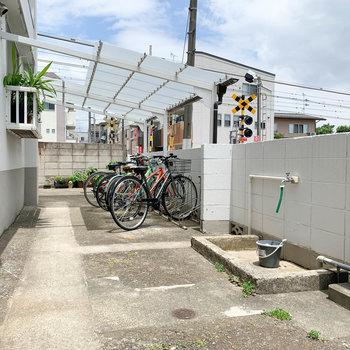 入り口から右側に駐輪場があります。