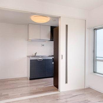【洋室5.2帖】引き戸越しにキッチンと繋がっています。